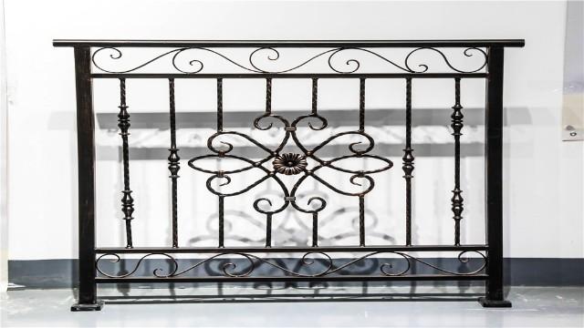 锌钢阳台护栏和铁艺阳台护栏哪种更值得选择呢?