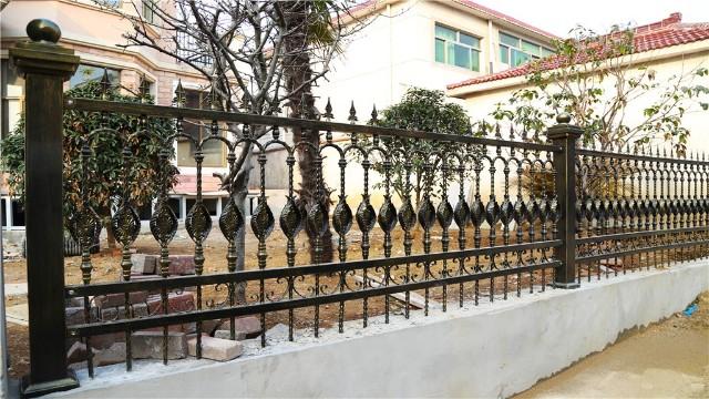 如何延长别墅铁艺围墙护栏的使用年限