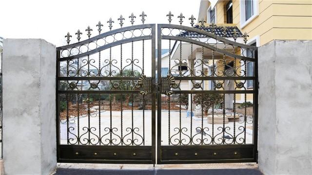 铁艺围墙大门的装饰材料与装饰艺术正在不断更新