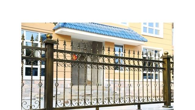 别墅铁艺围墙护栏的保养注意事项