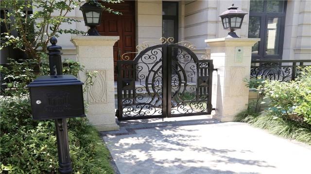 别墅铁艺围墙大门的尺寸与什么有关?