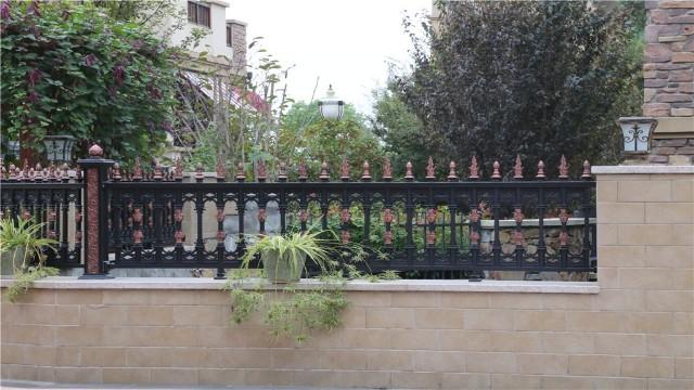 别墅围墙铝艺护栏为什么还要进行喷涂呢?