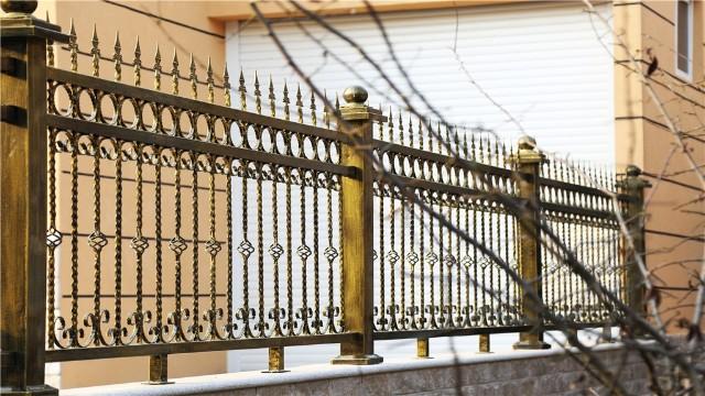 别墅铁艺围墙栏杆在选择和保养上的注意事项