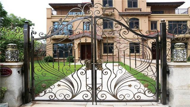 铁艺围墙大门作为建筑整体中的视觉聚焦点