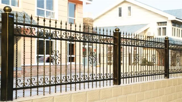 锌钢百叶窗护栏和铁艺围墙护栏哪种材料的防腐蚀效果好?