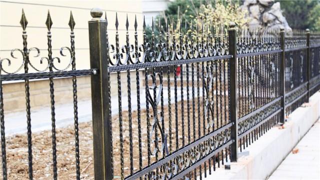别墅铁艺围墙护栏寿命短怎么回事?