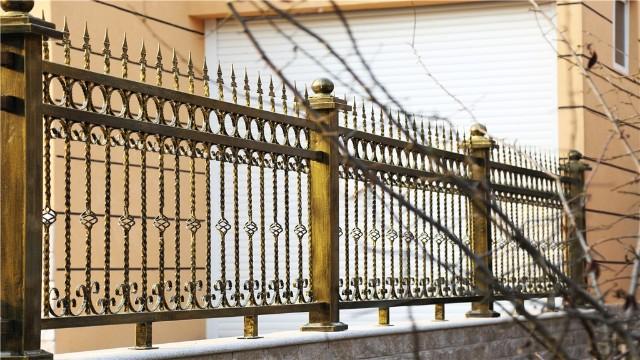 锌钢庭院围墙护栏的优势你知道多少?
